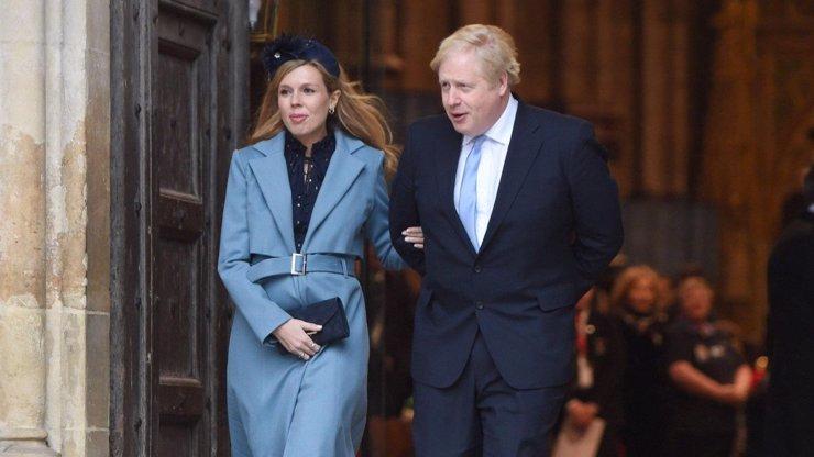 Borise Johnsona převezli náhle do nemocnice, těhotná snoubenka má příznaky