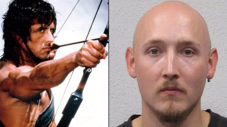 Zápletka jako z akčního filmu: Muž s lukem odzbrojil policisty a zmizel v lese