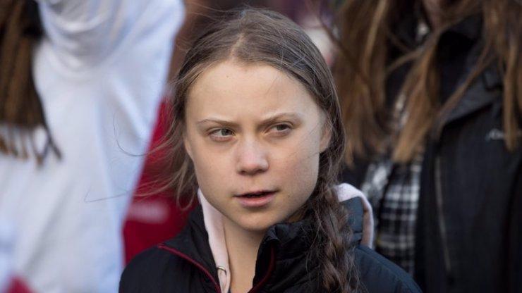Greta se vrací do Evropy na jachtě: Divadlo či vyměšování do kyblíku, smějí se jí lidé na internetu