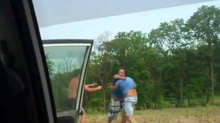 Neuvěřitelné video ukazuje, jak se vypořádat s agresivním řidičem na dálnici