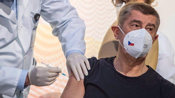 Nevěřící Tomášové mezi námi: Babišovi píchli místo vakcíny vitamíny, tvrdí, co na to premiér