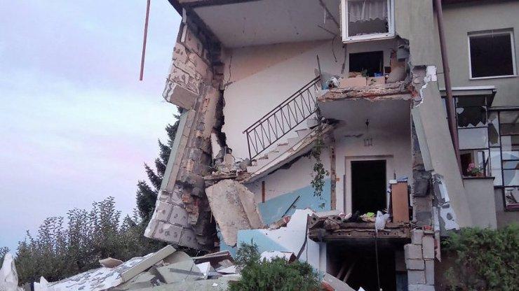 Obrovské neštěstí: V bytovém domě poblíž Prahy vybuchl plyn, minimálně čtyři zranění