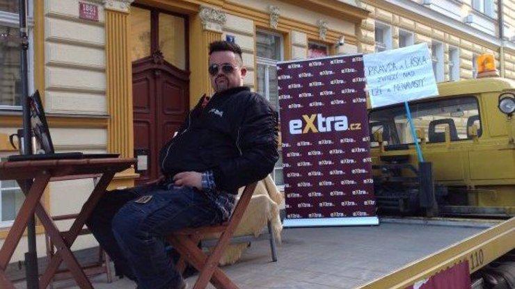 Sledovali jste ONLINE z demonstrace pod okny Ranní show E2: eXtra.cz na místě monitorovalo nepokoje kvůli vyhozené Šilhánové!