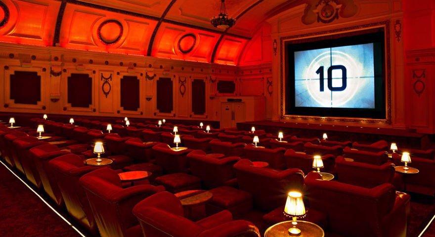 Do kina se může bez rozestupů, ale s rouškami.