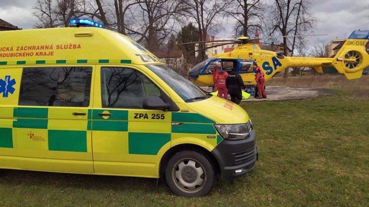 Neštěstí na Pardubicku: Záchranáři zasahovali u opařeného miminka, letěl pro něj vrtulník
