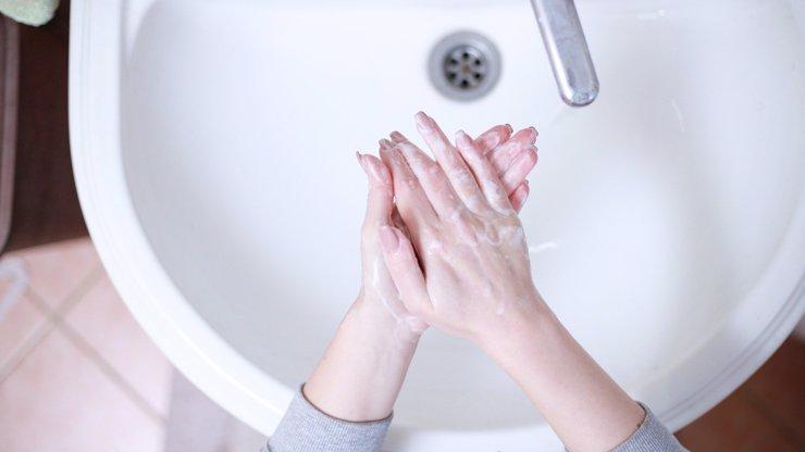 WHO vydala návod na správné mytí rukou: Děláte to opravdu důkladně?