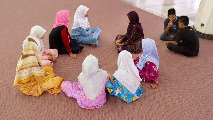 Další zvrhlosti islamistů: Chtějí souložit s dětmi a žena je kus hadru. IS vydal manuál pro muslimky