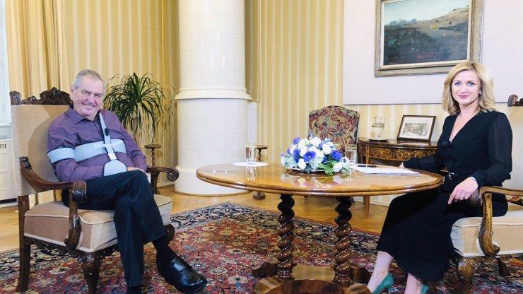 Miloš Zeman po operaci zlomené ruky: Ukázal se s ortézou a úsměvem na tváři v Lánech