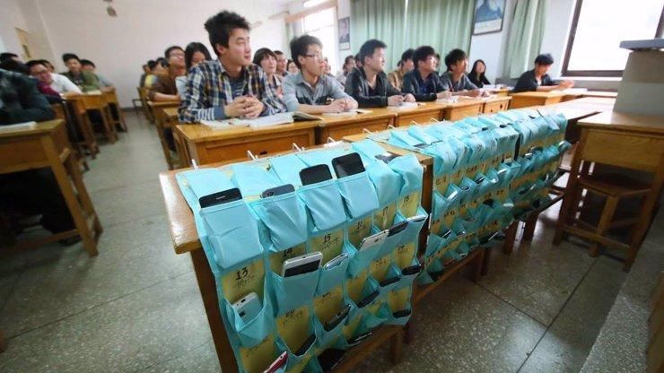 Toto by měli zavést i u nás: Čínští studenti si musí odkládat před vyučováním své mobilní telefony! Podívejte se kam!