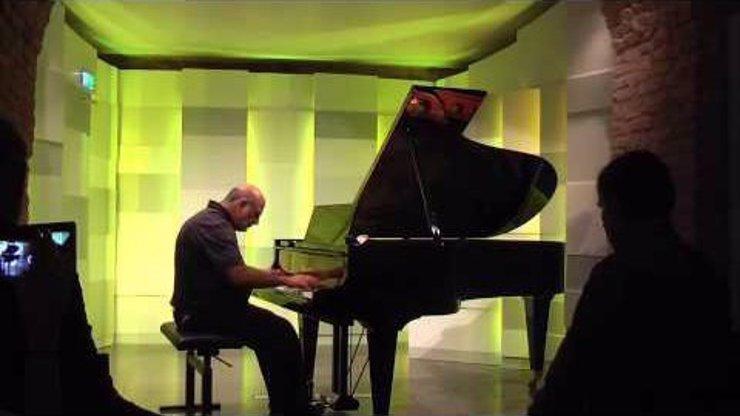 Muž se stal po zásahu bleskem klavírním virtuosem! Poslechněte si, jak krásně hraje