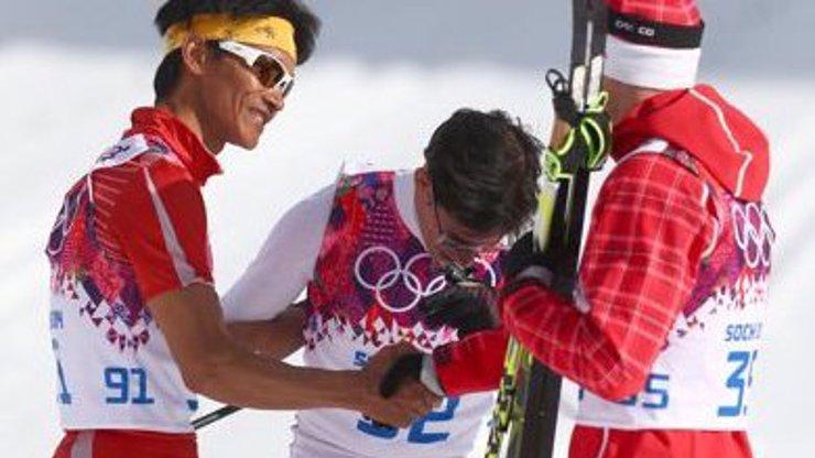Olympiáda v Soči je továrna na dojáky: Peruánský běžkař doběhl až 30 minut po ostatních, v cíli na něj čekal vítěz závodu