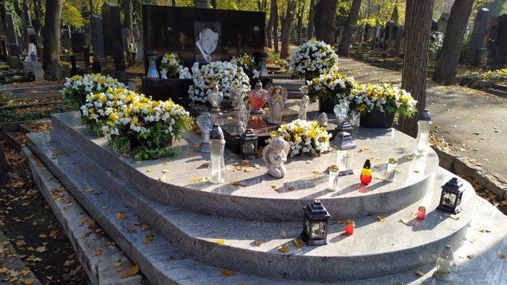 Klan Kočků se připravuje na Dušičky: Hroby Václava (†40) a Honzy (†28) připomínají květinářství