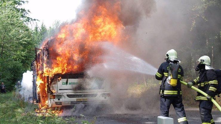 Na Šumavě hořel autobus plný dětí! Vezl je na tábor, málem nestačily utéct