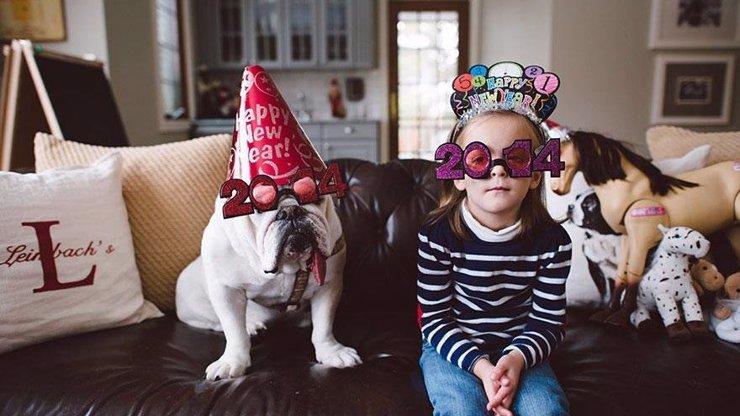Tomu se říká láska: 8 dojemných fotek dokumentujících přátelství mezi malou holčičkou a jejím buldokem vás dostane!