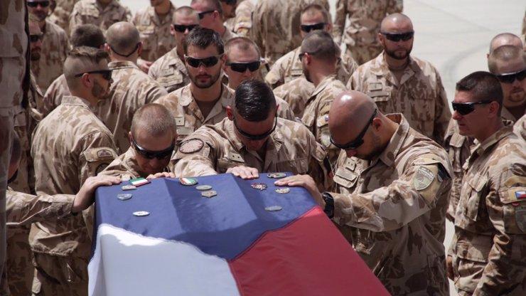 Jste ŽOLDÁCI! Muž nadával na padlé vojáky z Afghánistánu, jejich kolegové ho ZMLÁTILI