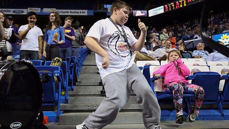 Další povedený virál na song Happy: Podívejte se, jak známá hitovka rozhicovala návštěvníka basketbalového zápasu!