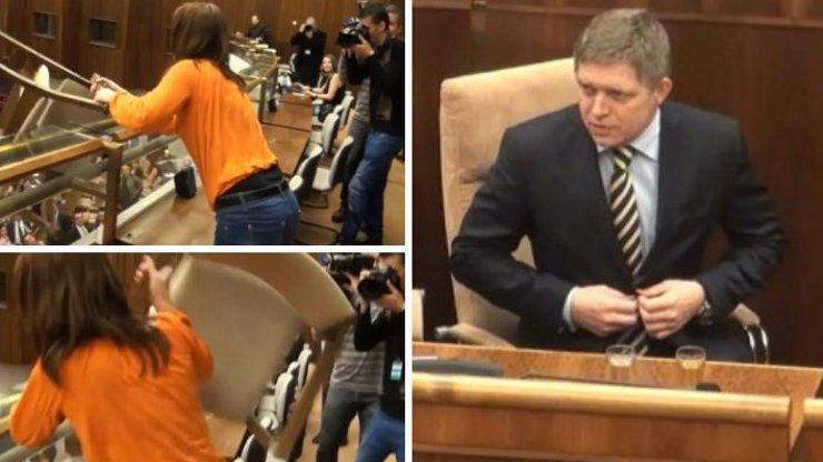 Na Slovensku měli veselo: Poslanci nechali premiéra Roberta Fica ve funkci a nespokojená aktivistka je za to chtěla zabít! Sledujte její útok!