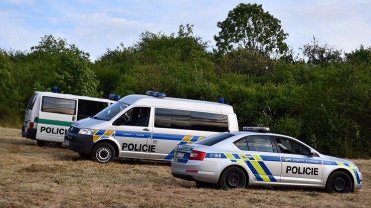 Migranti v Praze: Z kamionu s melouny vyskákala skupina lidí a utekla do pole