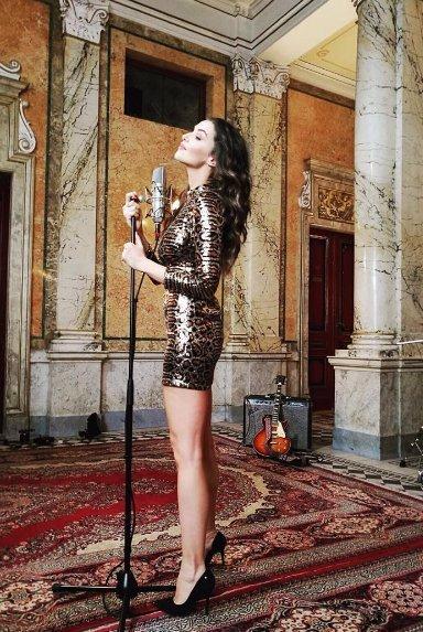 Iva Kubelková se konečně místo zpívání vrhla na pózování v BIKINÁCH! To musíte vidět!