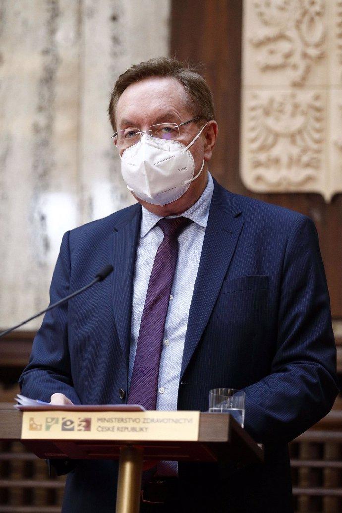 Roman Šmucler: Vládní čísla pro rozvolnění jsou nesplnitelná. A pro roušky v létě není žádný důvod