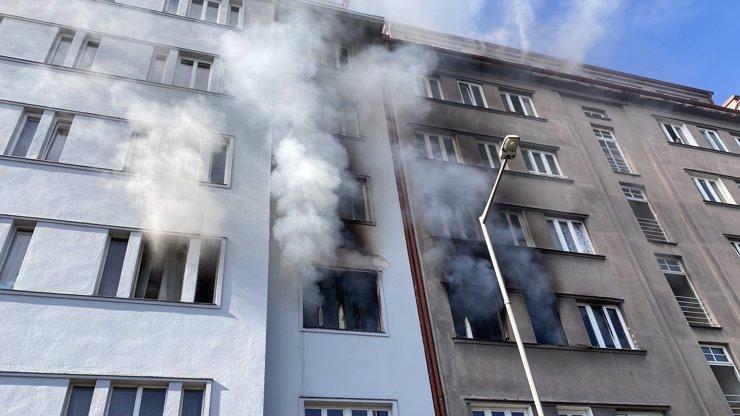 Výbuch bytu v pražských Holešovicích! Jeden mrtvý, oheň z domu vyhnal i matku Anny Polívkové