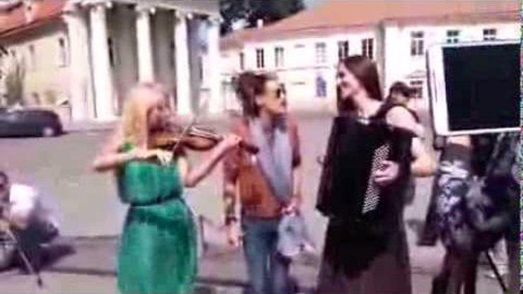 Zpěvák z Aerosmith Steven Tyler už vážně stárne! Na ulici v Litvě chtěl zazpívat svou písničku, ale zapomněl slova!