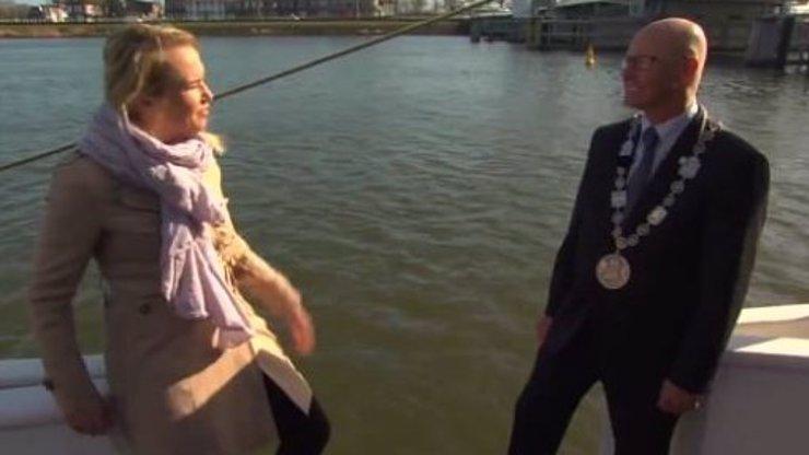 Nešťastná náhoda, nebo podvod? Reportérka se zřítila z lodi do vody, kameraman zachytil celý pád!