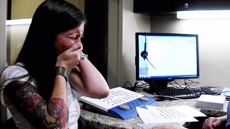 Kapesníky připravit: Podívejte se na dojemné video, ve kterém mladá žena, která byla od narození hluchá, poprvé uslyšela svůj hlas!