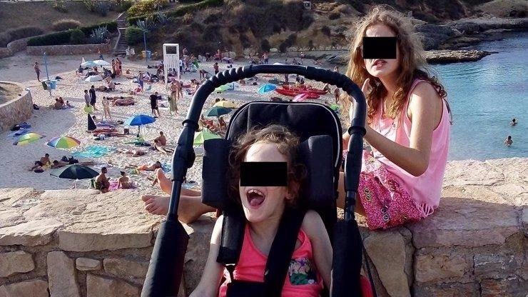 Viděla, jak jim umírá máma: Dvojčátka na Sardinii zavražděné Zdeňky se stěhují do Česka