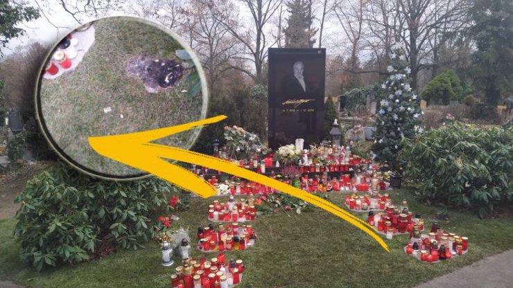 U hrobu Karla Gotta (†80) před Štědrým dnem hořelo: Uhasili jsme to, řekl zaměstnanec hřbitova