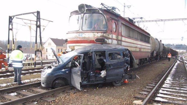 Nepozorná řidička vjela přímo pod vlak, na její hloupost doplatil spolujezdec a několik nevinných psů