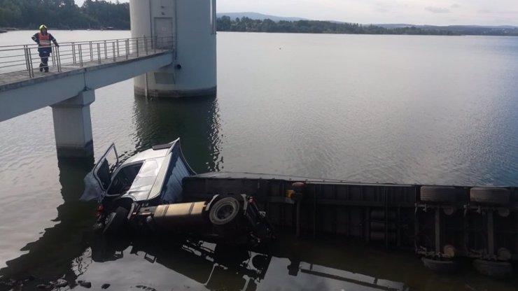 Mrtvý řidič na hrázi přehrady Jesenice. Kamion skončil ve vodě