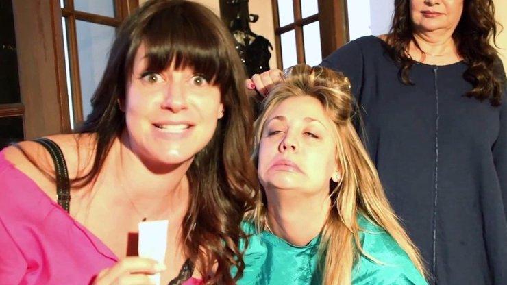 Exkluzivní scény ze svatebních příprav hvězdy seriálu Teorie velkého třesku: Představitelka Penny dělala obličeje jako zpitá a zfetovaná Courtney Love
