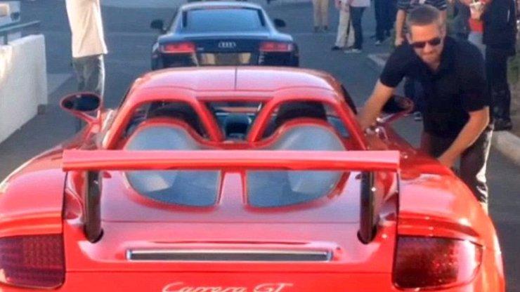 30 minut jej dělí od tragické smrti: Fanoušek vyfotil Paula Walkera, jak si sedá do červeného Porsche
