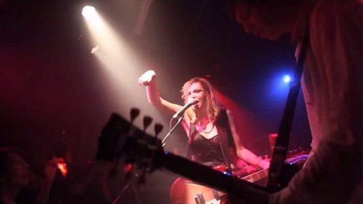 Chcete slyšet, jak Courtney Love skutečně zpívá a hraje na kytaru? Pozor, vyteče vám mozek ušima!