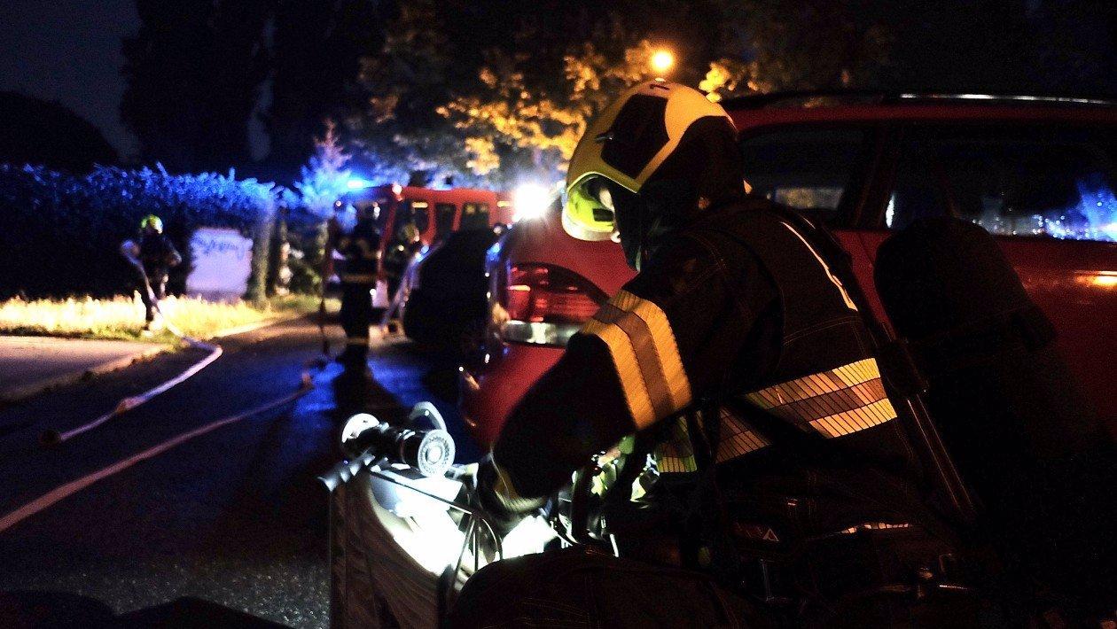 Hasiči zasahovali u požáru bytu v Praze: Zemřel starší muž, cigareta mohla být příčinou