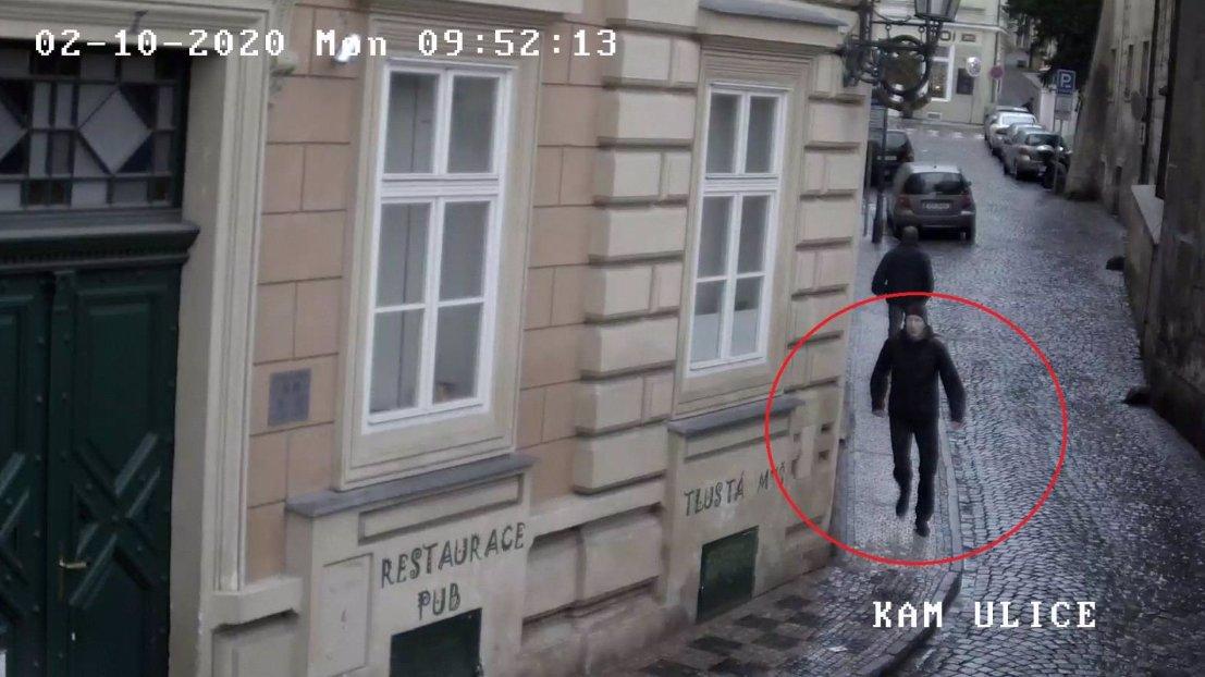 Střihoruký Edward z pražské MHD dopaden: Policie zadržela fantoma, který stříhal ženám vlasy