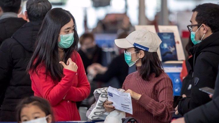 Lidé se bojí zákeřného koronaviru: Světová letiště zabalená v rouškách