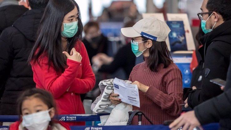 Zásilky z Číny zabíjejí a česnek chrání před nákazou: 6 nejčastějších mýtů o koronaviru