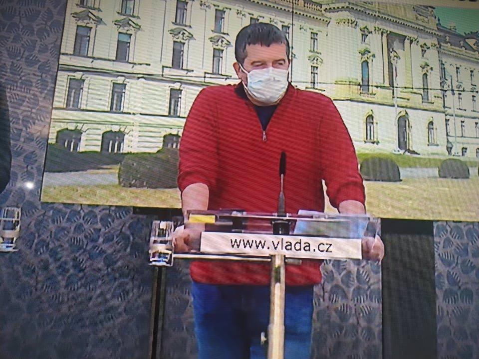 Jan Hamáček třetí den v červeném: Nespí a maká! Rudý svetr mu nosí štěstí