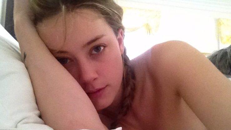 Další 4 nahé fotky bisexuální milenky Johnnyho Deppa: Tenhle vykradený účet stojí za to!