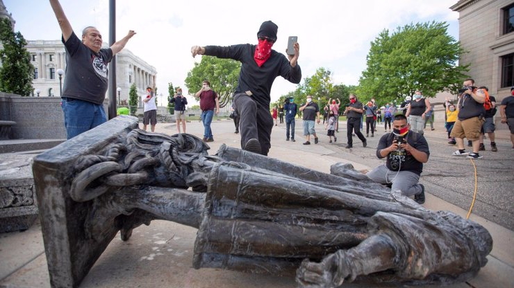 V Americe strhávají sochy Kryštofa Kolumba: Tvrdí, že je symbolem genocidy