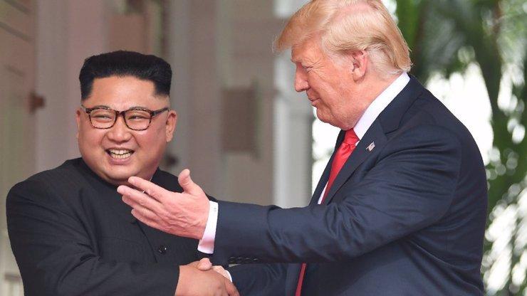 EXKLUZIVNĚ: Máme rozhovor Donalda Trumpa a Kim Čong-una. Řešili čuňačinky a hambáče?