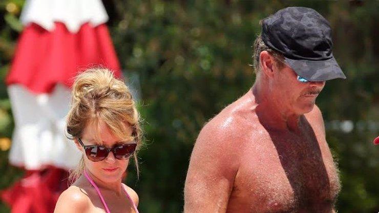 Chlupatý nadsamec David Hasselhoff: Podívejte se, co mu snoubenka prováděla na pláži!