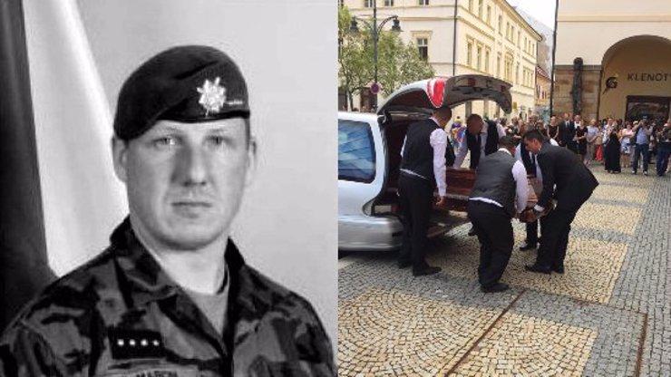 Poslední loučení s vojákem Martinem (†36): Sbohem mu přišli dát kamarádi, gripeny a Guns N' Roses