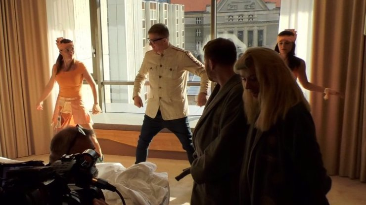 Film Štěstí je krásná věc: Petr Kotvald se vrátil s hitem Mumuland, zpíval ho polonahým manželům