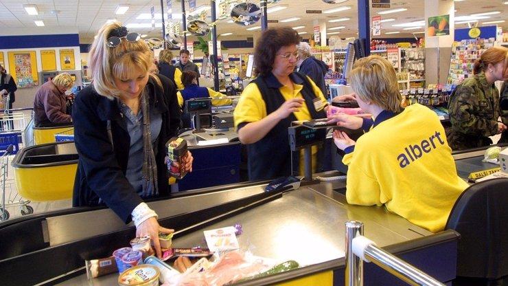 Zešílela snad? Manažerka jednoho českého supermarketu vzala pokladním židle a nechala je celou směnu stát!