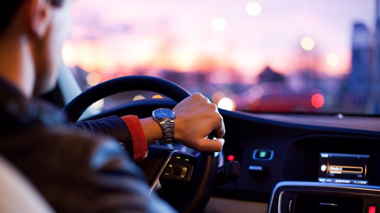 Vláda schválila změnu bodového systému: Za telefonování za jízdy dostanete 4