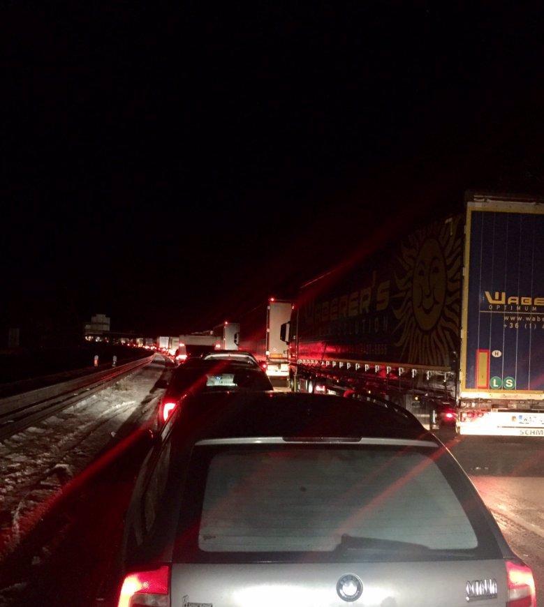 GIGANTICKÁ KALAMITA: D1 stála šílených 19 hodin, D35 zavřeli, řidiči usnuli v autech!