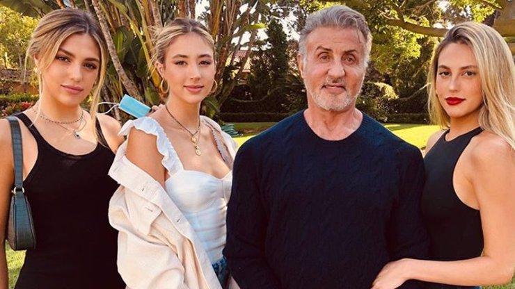 Sylvester Stallone stárne: Přibývají mu šediny, zato z jeho dcer se mužům podlamují kolena